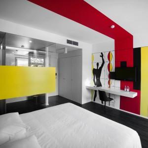 Modulor Le Corbusiera wyznacza proporcje pokoju, którego wnętrze tematycznie związane jest z architekturą. Fot. Design & Wine Hotel.
