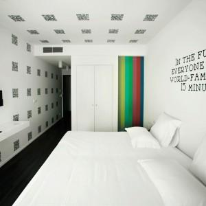 W interaktywnym pokoju dominuje biel. Fot. Design & Wine Hotel.