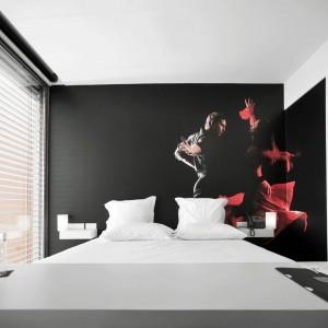 Motywy związane z gorącym rymem flamenco efektownie ozdabiają ścianę za łóżkiem. Fot. Design & Wine Hotel.