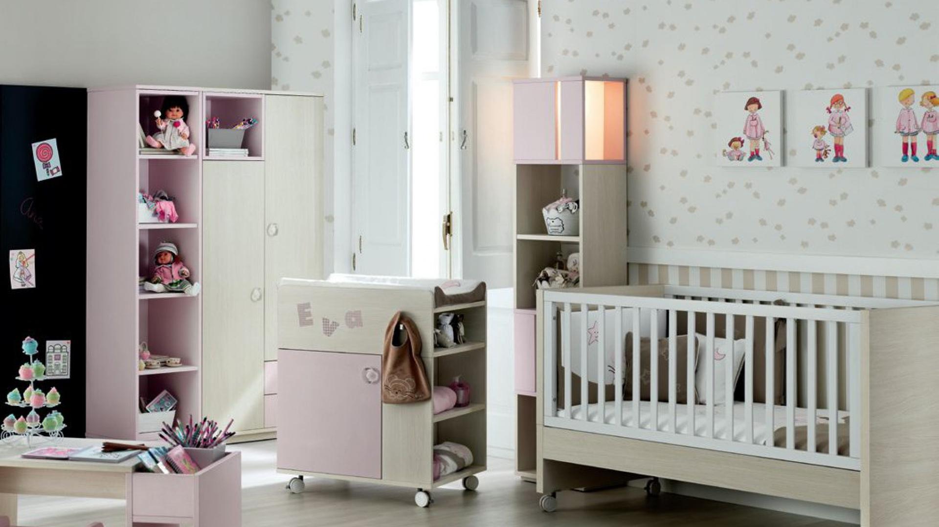 Różowo-beżowy pokoik dla córeczki urozmaica ciemny fragment ściany pokryty farbą magnetyczną. Fot. Ros.