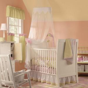 Materiałowe dekoracje, w tym baldachim, sprawiają, że pokój wygląda tak, jakby należał do małej księżniczki. Fot. Benjamin Moore.