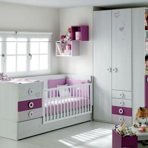 Kupując meble dla dziecka warto wybrać te z dużą ilością półek i szuflad. Fot. Ros.