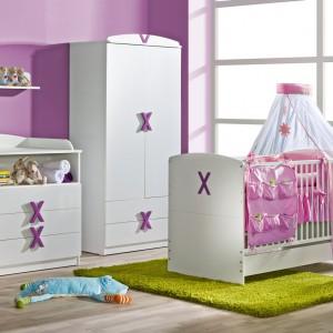 Liliowe ściany stanowią efektowne tło dla białych mebli. Fot. ATB.