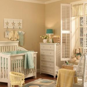 Pomysł na ciepły i przytulny pokój dla dziewczynki. Fot. Benjamin Moore.