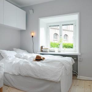 Wygodna, umieszczona przy oknie sypialnia. Fot. Alvhem Makleri.