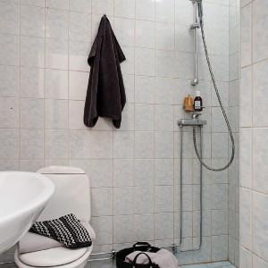 Niewielka łazienka bez tradycyjnej kabiny z brodzikiem. Fot. Alvhem Makleri.
