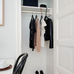 W mieszkaniu wygospodarowano miejsce na oddzielną garderobę. Fot. Alvhem Makleri.