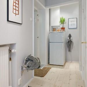 Jasne podłogi optycznie powiększają pomieszczenie. Fot. Alvhem Makleri.