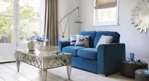 Stanowią ciekawą dekorację wnętrza, a kiedy przed telewizorem zmorzy cię sen, będą wygodnym i miękkim podparciem. Warto więc mieć poduszki dekoracyjne w swoim salonie.