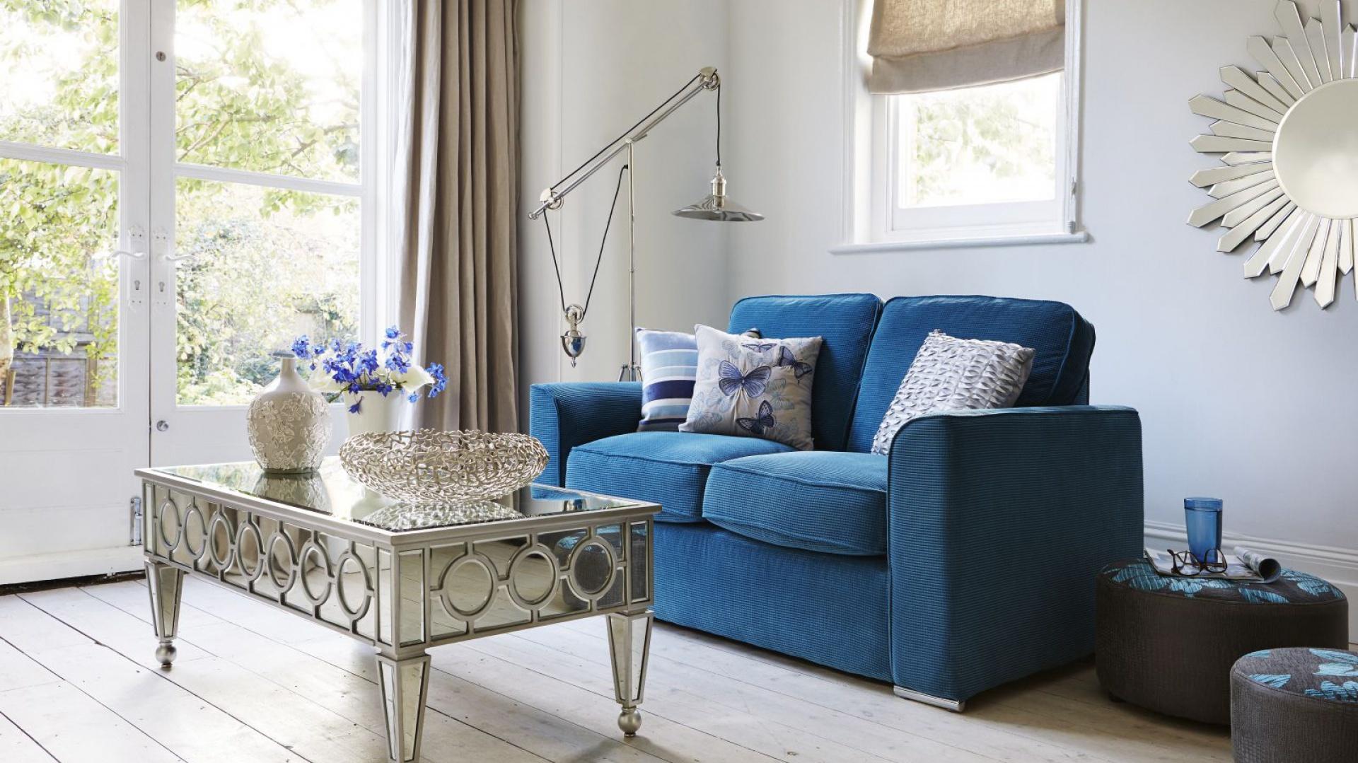 Jasne poduszki rozłożone na klasycznej kanapie mogą nadać jej lekkości. Fot. Furniture Village.