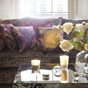 W eleganckich wnętrzach dobrze jest stosować poduszki w podobnej kolorystyce. Fot. Littlewoods.