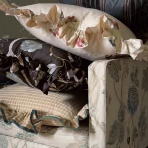 Poduszki z falbankami uzupełnią aranżację salonu w stylu romantycznym. Fot. Colefax and Fovler.