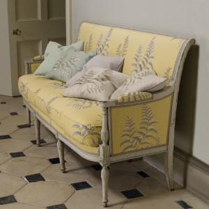 Nierzadko poduszki można kupić w komplecie z sofą. Fot. Colefax and Fovler.