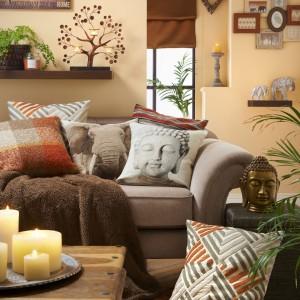 W nowoczesnym salonie sprawdzi się praktycznie każdy wzór poduszki. Fot. Matalan.