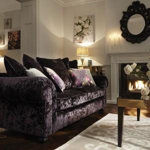 Poduchy w kolorze kanapy wyglądają niezwykle elegancko. Fot. Littlewoods.