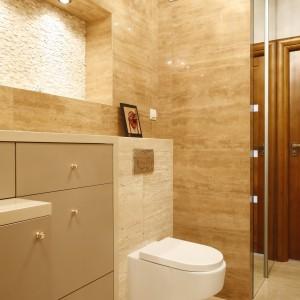 Zabudowa stelażu pod WC została zintegrowana z pojemnymi szafkami do przechowywania łazienkowych akcesoriów. Projekt Jolanta Kwilman. Fot. Bartosz Jarosz.