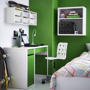 Wybierając biurko dobrze jest postawić na model z szafką i szufladami, np. biurko Micke marki IKEA. Fot. Ikea.