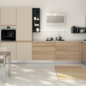 Meble z kolekcji Jey firmy Creo. Połączenie drewna i koloru beżowego (w macie) dało efekt nowoczesnego, ale i eleganckiego zestawienia. Oba materiały pięknie się uzupełniają. Układ mebli o kształcie litery L zapewnia funkcjonalność i wygodę.