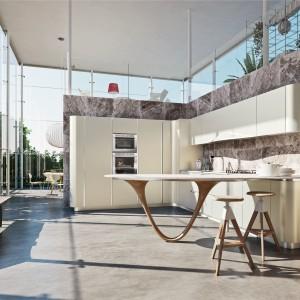 Meble z kolekcji Ola20 firmy Snaidero. Lakierowane fronty otwierane bezuchwytowo nadają kuchni nowoczesny charakter. Ciekawie prezentuje się stół umieszczony na końcu zabudowy.