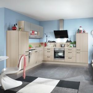 Meble z kolekcji Speed firmy Nobilia. Doskonale sprawdzą się w małej kuchni zapewniając odpowiednią ilość szafek i półek oraz wygodny blat roboczy. Matowe fronty z aluminiowymi uchwytami. Całość ożywia ściana w kolorze niebieskim.