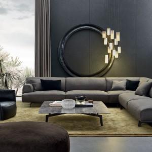 Zielonkawy dywan oraz ściana wyłożona ciemnym drewnem skutecznie ocieplają szare wnętrze. Fot. Poliform.