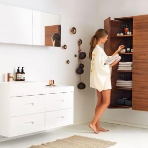 Meble do łazienki z kolekcji K2 i Magnum marki Ballingslov to eleganckie połączeni drewna w wybarwieniu orzech z uniwersalną bielą. Fot. Ballingslov.
