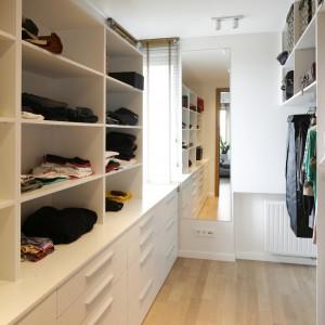 Obok sypialni znajduje się funkcjonalnie urządzona, przestronna garderoba. Proj. Agnieszka Ludwinowska. Fot.Bartosz Jarosz.