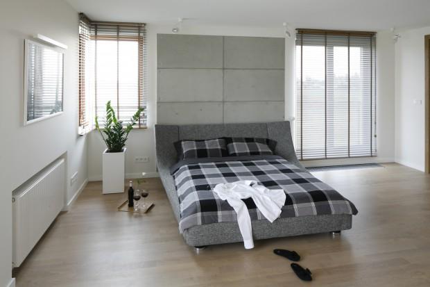Nowoczesna aranżacja sypialni: beton i drewno