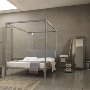 Łóżko z baldachimem Ceylon to projekt w którym zachowano właściwe proporcje między drewnianymi i tapicerowanymi elementami. Fot. Bolzan.