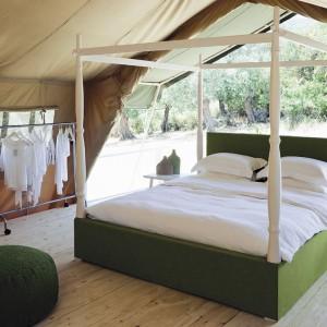 Tapicerowane łóżko połączone z drewnianymi elementami. Fot. Coco - Mat.