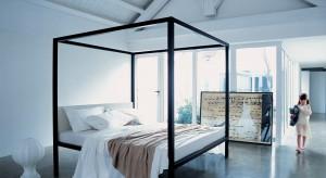 Łóżko z baldachimem sprawia, że sypialnia staje się wyjątkowa. Wysoka konstrukcja mebla wydziela przytulne, prywatne miejsce do odpoczynku.