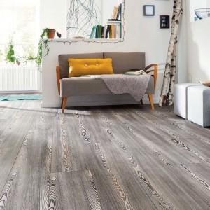 Sosna Pacifico to podłoga marki Haro z intensywnym wizerunkiem słojów drewna. Fot. Haro.