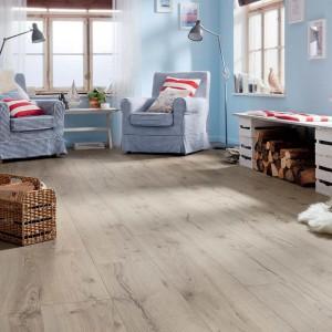 Dąb Alpejski w szarym kolorze sprawdzi się w salonie w stylu prowansalskim lub skandynawskim. Fot. Haro.