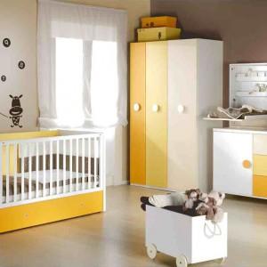 Fronty mebli z serii Mini 2 marki Ros w różnych odcieniach żółci wyglądają na tyle subtelnie, że nie rozdrażnią niemowlaka. Fot. Ros.