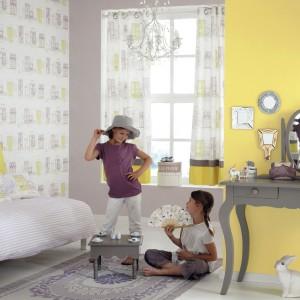 Efekt stworzony przez żółte motywy na tapecie wzmacnia jednolita ściana w cytrynowym kolorze. Fot. Casadeco.