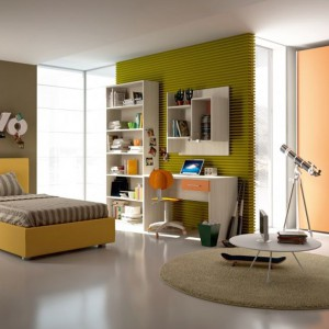 Łóżko i obraz na ścianie w cytrynowym kolorze zdradzają optymistyczne usposobienie gospodyni wnętrza. Fot. Colombini Casa.