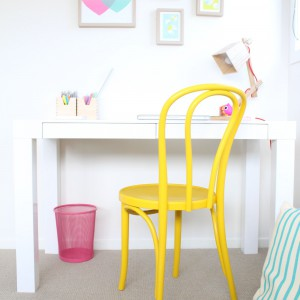 Prosty sposób na słońce w pokoju - wystarczy przemalować krzesło na żółto. Fot. H+B Kids.