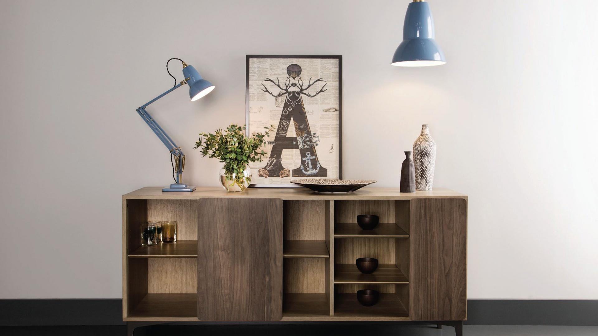 Lampa stołowa i podłogowa w błękitnym kolorze z kolekcji 1227 marki Anglepoise. Fot. Anglepoise.