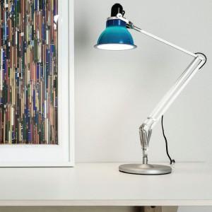 Techniczna lampa w pięknym kolorze z serii 1228 marki Anglepoise. Fot. Anglepoise.
