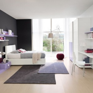 Szara ściana dodaje charakteru wnętrzu wyposażonemu w jasne meble i dodatki. Fot. Colombini Casa.