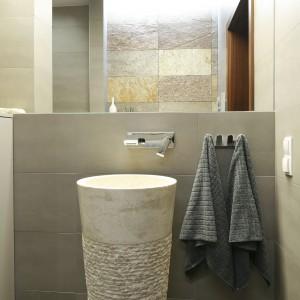 Lustro nie tylko podwaja przestrzeń łazienki, ale też pięknie podkreśla naturę łupka. Projekt Piotr Stanisz. Fot. Bartosz Jarosz.