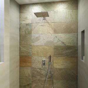 Duża wnękę prysznica została całkowicie otwarta. Projekt Piotr Stanisz. Fot. Bartosz Jarosz.