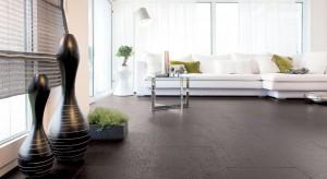Ciepła i funkcjonalna jak drewno oraz elegancka niczym kamień. Podłoga z płytek stworzonych z materiału na bazie drewna kusi zarówno miłośników klasyki, jak i nowoczesnych aranżacji. Zobaczcie, jak może wyglądać.