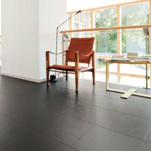 Eleganckie wykończenie podłogi materiałem Ardesia Onyx. Fot. Haro.