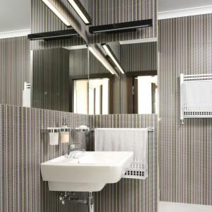 W niedużej łazience nie było mowy o umieszczeniu prysznica i wanny. Ze względu na planowaną gościnną funkcję łazienki prysznic był bardziej logicznym rozwiązaniem. Pozwoliło to znacznie lepiej wykorzystać dostępną powierzchnię, co wpływa na estetykę całego pomieszczenia. Projekt Izabella Korol. Fot. Bartosz Jarosz.