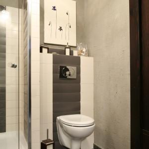 Surowy beton, którym wyłożono tę cześć ścian, która nie jest narażona na bezpośredni kontakt z wodą oraz cały sufit to mocny, męski akcent w łazience. Projekt Magdalena Kwiatkowska. Fot. Bartosz Jarosz.
