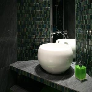 Wystrój łazienki podporządkowany został ozdobnej szklanej mozaice w pięknym zielonym kolorze. Do niej dobrano wszystkie pozostałe materiały wykończeniowe oraz kolorystykę. Projekt Monika i Adam Bronikowscy. Fot. Bartosz Jarosz.