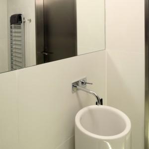 Designerska umywalka sama w sobie stanowi niepowtarzalna dekorację łazienki. Dzięki temu nie stracono tu miejsca na wprowadzenie dodatkowych elementów zdobnych. Projekt Justyna Smolec. Fot. Bartosz Jarosz.
