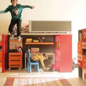 Czerwień i pomarańcz znakomicie sprawdzają się w pokoju malucha. Fot. Lagrema.