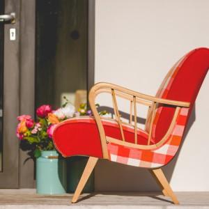 Najciekawszym elementem są obłości siedziska, które powtarzają kształt finezyjnie wygiętej rączki fotela. Fot. Deca.